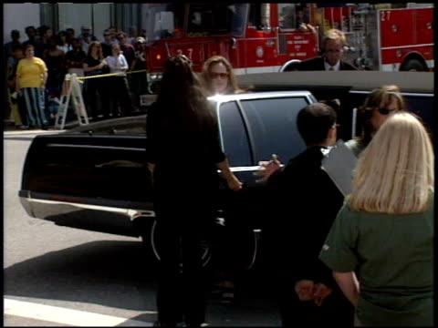 vídeos y material grabado en eventos de stock de marlee matlin at the 'tarzan' premiere at the el capitan theatre in hollywood california on june 12 1999 - tarzán obra reconocida