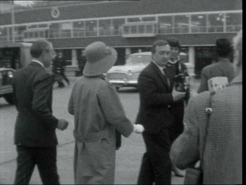 stockvideo's en b-roll-footage met marlene dietrich arrives in london; england: london: lap : ext marlene dietrich down steps cms ditto poses - talks walks to bus with musical direction - itv evening bulletin
