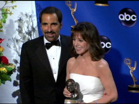 vídeos y material grabado en eventos de stock de marlo thomas accepted the bob hope humanitarian award in honor of her late father, danny thomas at the 2004 primetime emmy awards press room at the... - premio emmy anual primetime