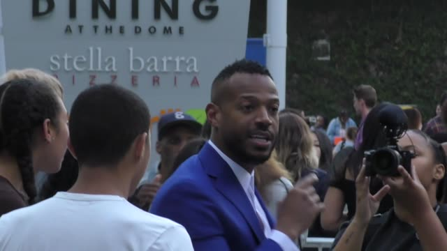 vidéos et rushes de marlon wayans makes time for fans outside the sextuplets premiere at arclight cinemas in hollywood on august 7, 2019 at celebrity sightings in los... - arclight cinemas hollywood