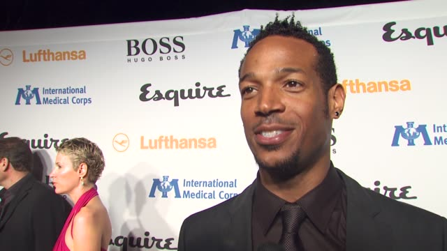 marlon wayans on tonight's event, on if he would consider traveling with international medical corps, on what he's looking forward to seeing in the... - 独身男性点の映像素材/bロール