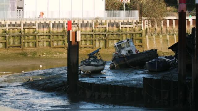 marooned boat at low tide in deptford creek, london - low tide stock videos & royalty-free footage