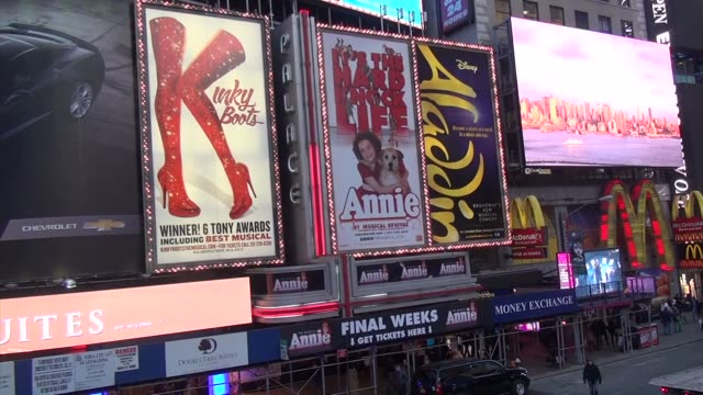 vidéos et rushes de marquees for broadway shows in times square kinky boots aladdin annie father duffy square - salmini