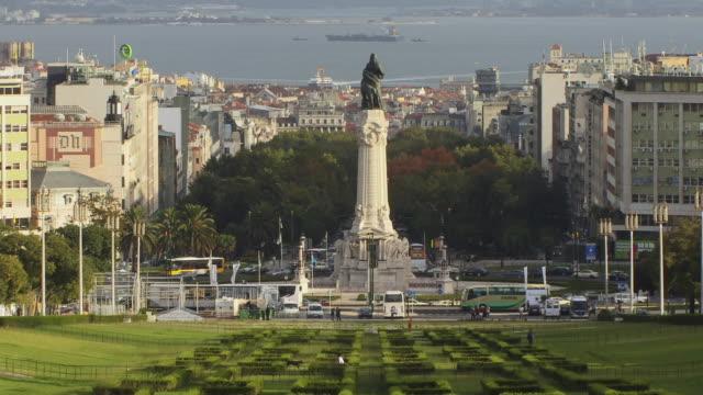 vídeos y material grabado en eventos de stock de ha ws marques de pombal monument in parque eduardo vii with view of surrounding cityscape / lisbon, portugal - eduardo vii park