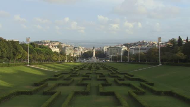 vídeos y material grabado en eventos de stock de ha ws zi marques de pombal monument in parque eduardo vii with view of surrounding cityscape / lisbon, portugal - eduardo vii park