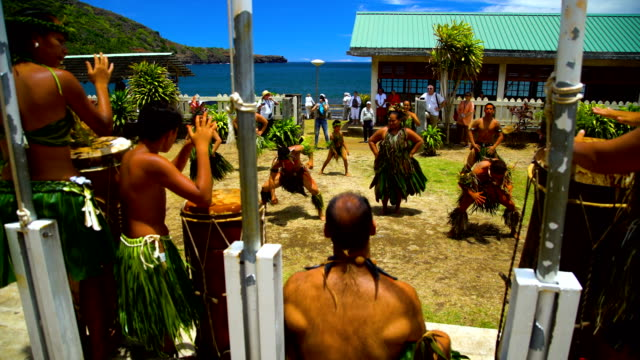 marquesan male female tribal dancers hatiheu nuku hiva - französisch polynesien stock-videos und b-roll-filmmaterial