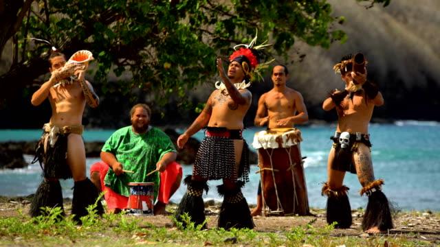 vídeos de stock e filmes b-roll de marquesan native dancers performing on beach nuku hiva - territórios ultramarinos franceses