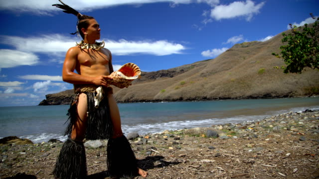 stockvideo's en b-roll-footage met marquesan native male playing conch shell nuku hiva - polynesische etniciteit