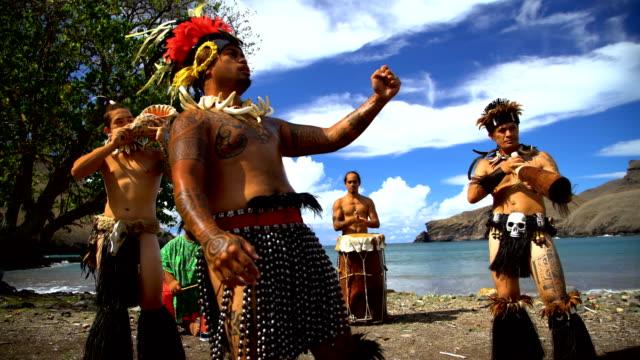 marquesas dancers playing on beach nuku hiva marquesas - polynesischer abstammung stock-videos und b-roll-filmmaterial