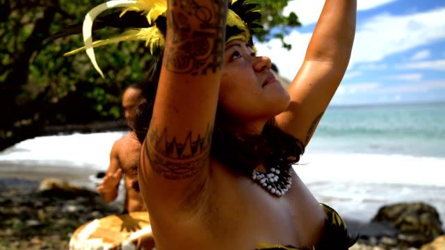 marquesas group performing traditional bird dance nuku hiva - polinesiano video stock e b–roll