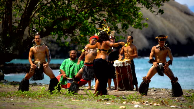 vídeos de stock, filmes e b-roll de marquesas group performing traditional bird dance nuku hiva - polinésia francesa