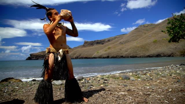 vídeos y material grabado en eventos de stock de marquesas male blowing conch shell nuku hiva marquesas - concha parte del cuerpo animal