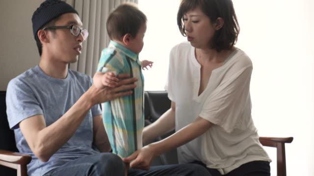 夫婦と男の子の楽しい時を過す時間家の中。 - 団らん点の映像素材/bロール