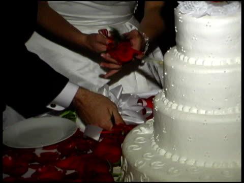 Couple marié couper un gâteau de mariage