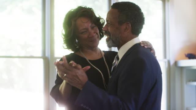 vídeos y material grabado en eventos de stock de married couple dancing - oficio con título