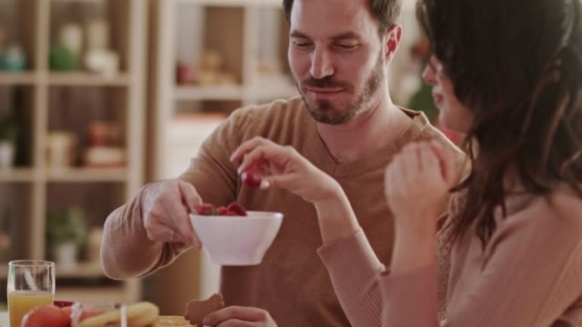 vídeos de stock e filmes b-roll de married couple enjoying strawberries on valentine's day date - comer