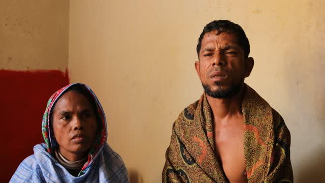 vídeos y material grabado en eventos de stock de married couple yesmin begum and mohammed hanif are both garment workers who lost their jobs in dhaka, bangladesh on april 22, 2021. bangladeshi... - modo de vida no saludable