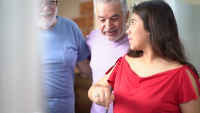 Couple Gay marié / Senior amis cuisiner avec les fille