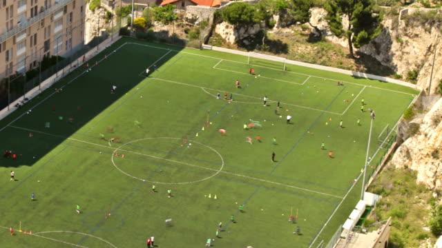 vidéos et rushes de marseille pan de terrain de football - gardien de but