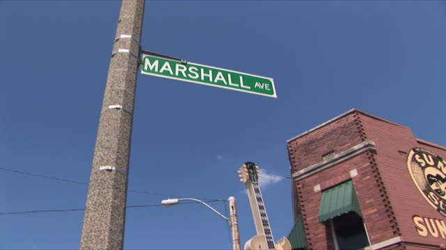 vidéos et rushes de ms la pan marshall avenue sign and sun studio exterior, memphis, tennessee, usa - menphis