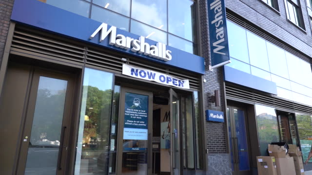 vídeos de stock e filmes b-roll de marshalls store exteriors in new york city, new york, u.s., on saturday, august 15, 2020. - cadeia de lojas