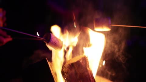 vídeos y material grabado en eventos de stock de malvaviscos sobre fuego - asado alimento cocinado