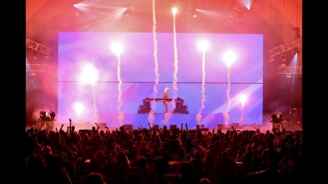 vídeos y material grabado en eventos de stock de marshmello performs onstage during we can survive a radiocom event at the hollywood bowl on october 20 2018 in los angeles california - marshmello