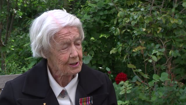 marsie taylor amongst dday veterans awarded the legion d'honneur england london french embassy marsie taylor interview sot taylor linking arms with... - アロマンシェス点の映像素材/bロール