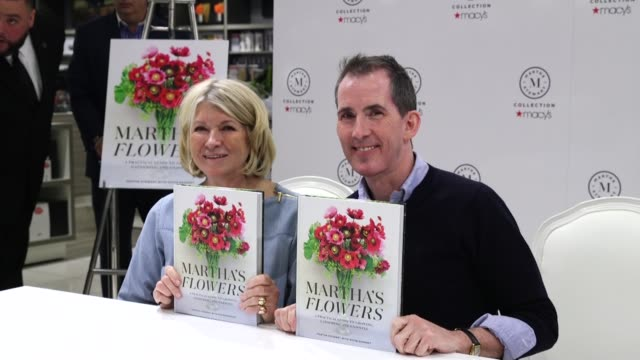"""martha stewart and kevin sharkey at martha stewart signs copies of her new book """"martha's flowers"""" at macys herald square on april 05, 2018 in new... - マーサ スチュワート点の映像素材/bロール"""