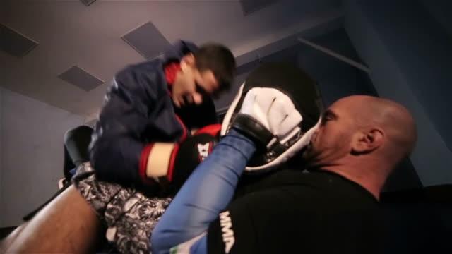 vídeos de stock e filmes b-roll de martial art fight - hospital psiquiátrico