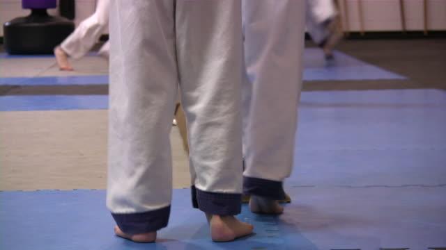 vídeos de stock, filmes e b-roll de karate crianças. arte marcial escola de treinamento. meninos & meninas. - karate