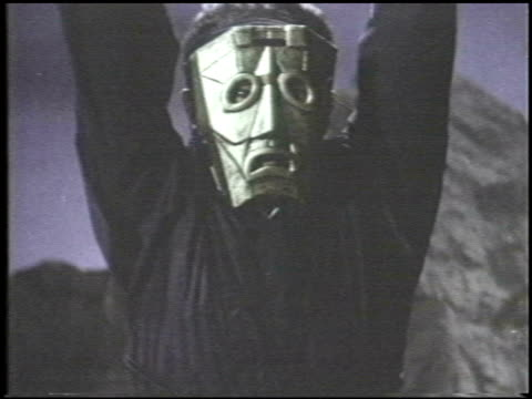 vídeos de stock e filmes b-roll de martial arts fight sequence outdoors / two men fight masked man in a graveyard at night martial arts fight sequence outdoors on january 01 1982 in... - artes marciais