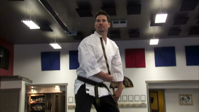 vidéos et rushes de ms la martial arts instructor using bo staff / springville, utah, usa - springville utah