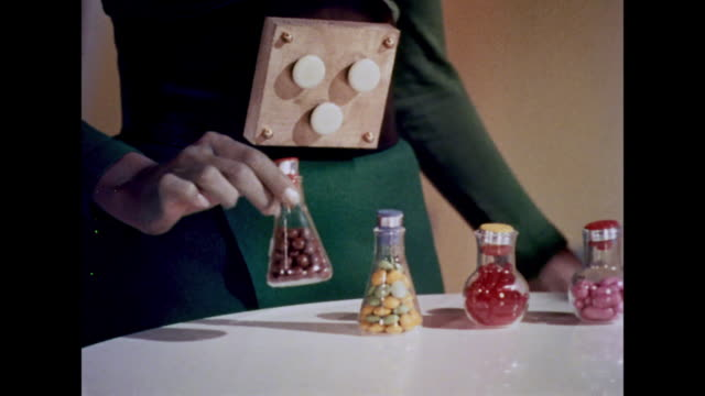 vídeos de stock, filmes e b-roll de 1964 a martian nutritionist introduces the less than healthy new food pills to the chief - curando