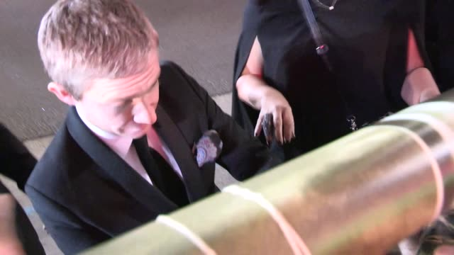 vídeos y material grabado en eventos de stock de martin freeman greets fans at the hobbit the desolation of smaug premiere in hollywood in celebrity sightings in los angeles 12/02/13 - martin freeman