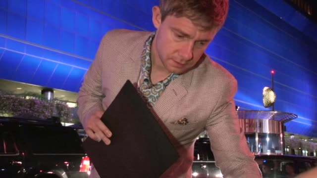 vídeos y material grabado en eventos de stock de martin freeman greets fans while departing pacific design center in west hollywood 09/21/12 - martin freeman