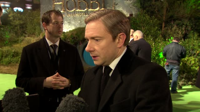 vídeos y material grabado en eventos de stock de martin freeman on being in london meeting the royals the frame rate issue at 'the hobbit' uk premiere and royal film performance at odeon leicester... - martin freeman