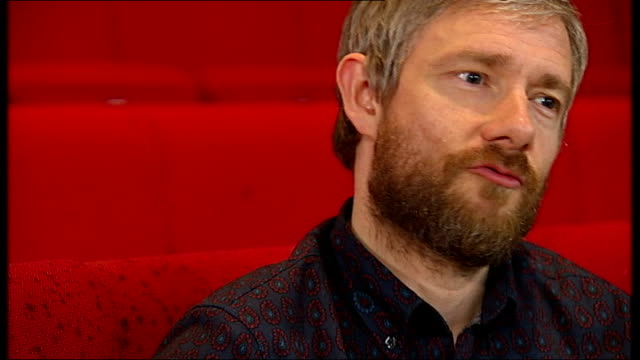 vídeos y material grabado en eventos de stock de martin freeman stars as richard iii freeman interview sot - martin freeman
