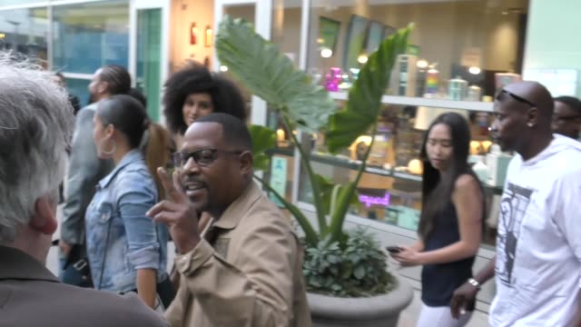 vidéos et rushes de martin lawrence outside the sextuplets premiere at arclight cinemas in hollywood on august 7, 2019 at celebrity sightings in los angeles. - arclight cinemas hollywood