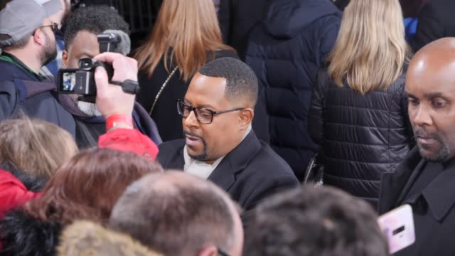 """martin lawrence signs autographs and takes selfies with the fans on the red carpet at the berlin premiere of the movie """"bad boys for life"""" at zoo... - autogramm stock-videos und b-roll-filmmaterial"""