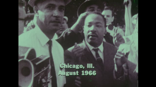 martin luther king attends a protest in chicago illinois in august 1966 - アメリカ黒人の歴史点の映像素材/bロール
