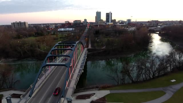 martin luther king bridge fort wayne indiana - ミズーリ州点の映像素材/bロール