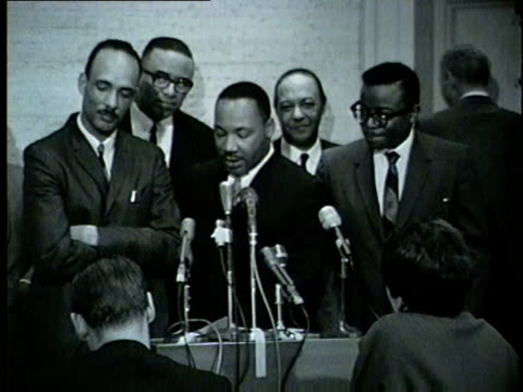 wgn martin luther king jr and mayor richard daley talk key to the city 1966 martin luther king jr and other civil rights leaders led several marches... - 1966 stock-videos und b-roll-filmmaterial