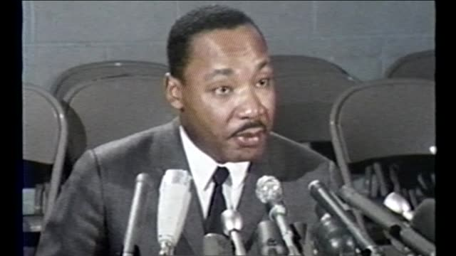 stockvideo's en b-roll-footage met martin luther king jr. and other civil rights leaders led several marches and demonstrations in chicago during the summer of 1966, known as the... - social justice concept