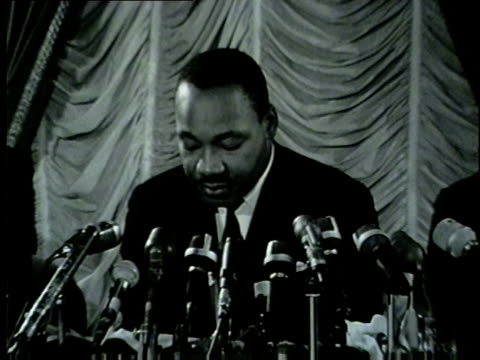 vídeos de stock e filmes b-roll de wgn martin luther king jr and other civil rights leaders led several marches and demonstrations in chicago during the summer of 1966 known as the... - 1966