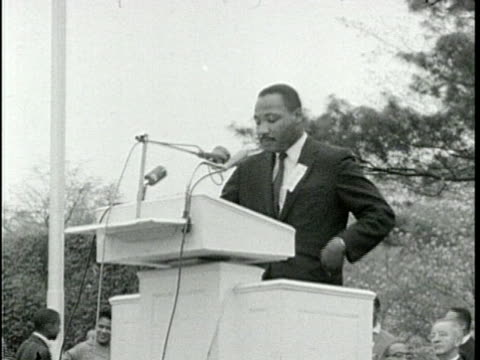 1959 ms martin luther king jr. giving outdoor speech/ washington dc/ audio - アメリカ黒人の歴史点の映像素材/bロール