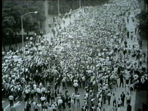 stockvideo's en b-roll-footage met martin luther king jr. leads march from grant park to downtown chicago on july 26, 1965. - 1965