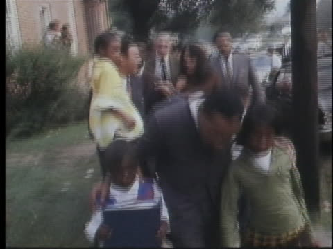 vídeos y material grabado en eventos de stock de martin luther king, jr. walks with children as he leads a school march in mississippi on september 21, 1966. - human rights or social issues or immigration or employment and labor or protest or riot or lgbtqi rights or women's rights