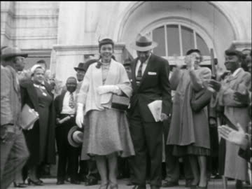 vidéos et rushes de martin luther king jr., wife + supporters descending stairs outside jail / montgomery, al - 1955