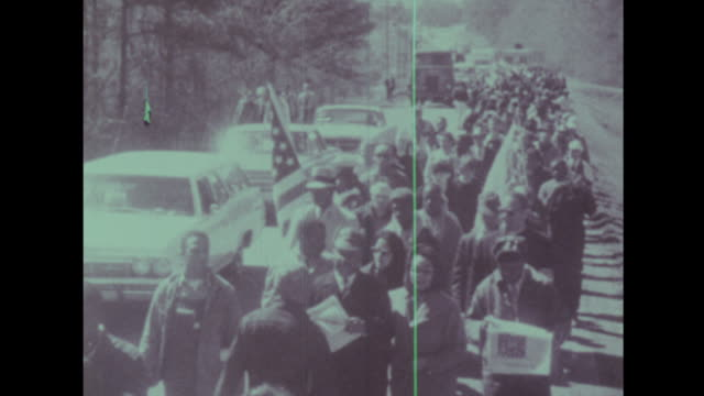 stockvideo's en b-roll-footage met martin luther king leads the crowd from selma to montgomery - 1965